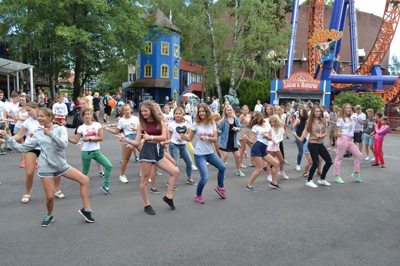танцы в летнюю смену в детском лагере